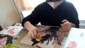 桜を描いています。臨床美術の講師によるアートの時間